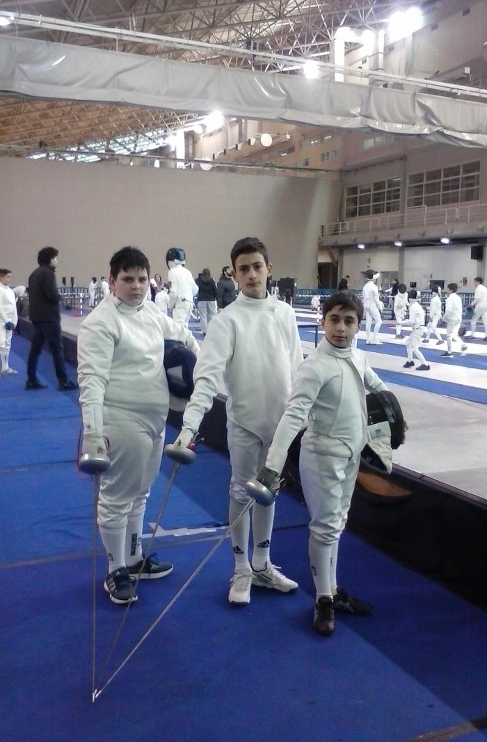 Τα μέλη της αποστολής που έλαβαν μέρος στο Πρωτάθλημα Ξίφους Μονομαχίας. Θεόδωρος Μαραγκουδάκης, Διονύσιος Ρούντης, Ιάσονας Κοντογιάννης